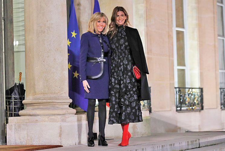 Última parada. En Francia junto a Brigitte Macron, la esposa de Macri impactó con sus botas color rojo.