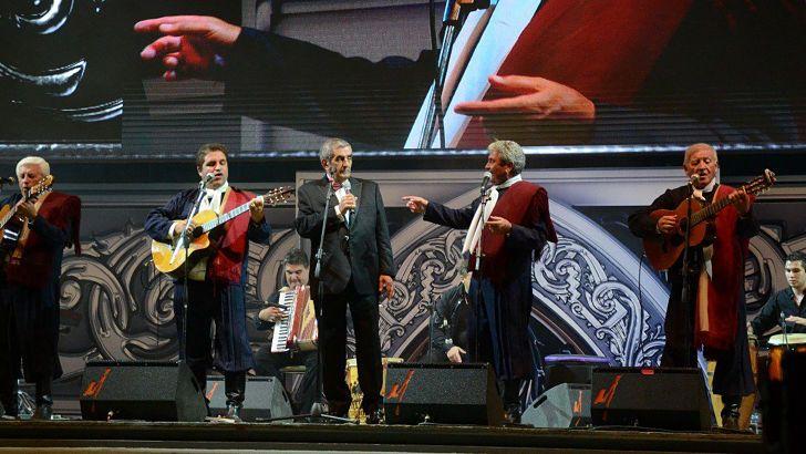 Durante el Festival de Cosquín, Álvarez acompañó a Los Cuatro de Córdoba con el canto y el agite.
