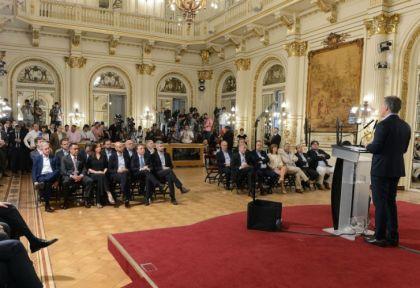 Macri habla frente a los ministros del gabinete nacional.