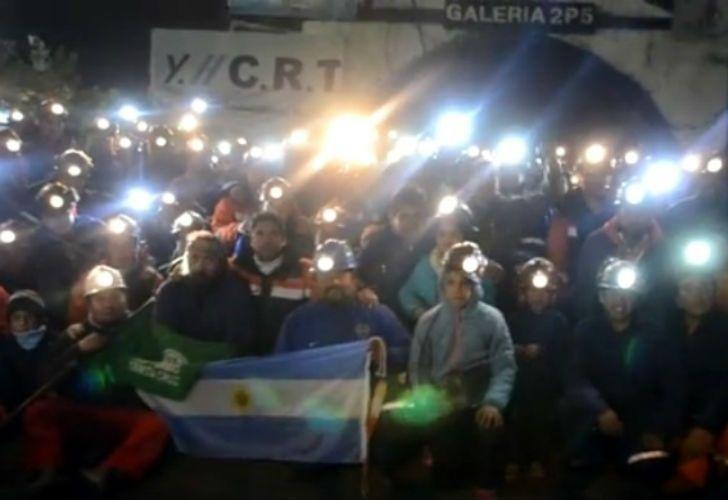 Los trabajadores protestan contra los despidos con el apoyo de las familias y los vecinos.