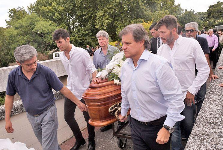 Unidos. De blanco, Agustín y Marcelo Funes –hijo y ex marido de Débora–, y Enrique Sacco, actual pareja de la periodista. Ella había cumplido 50 años hace diez días.