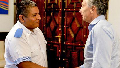Respaldo. Tras ser procesado y embargado, Macri recibió al agente en la Rosada.