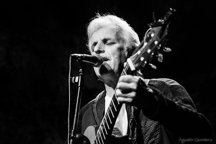 """SOBRE EL SHOW. """"Será muy simple: voy a estar sentadito con mi guitarra y acompañado de la guitarra de mi querido Martín Buscaglia. Serán unas veinte canciones de casi todos mis discos""""."""
