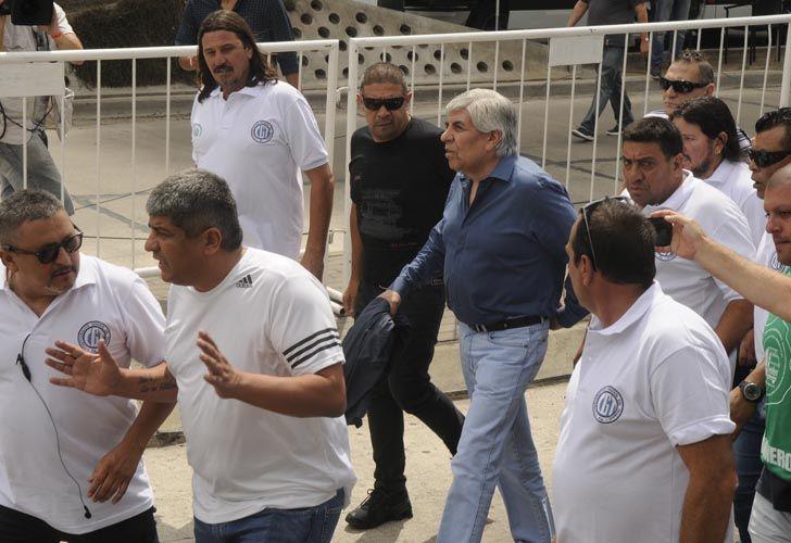 Hugo Moyano llegó custodiado al acto.