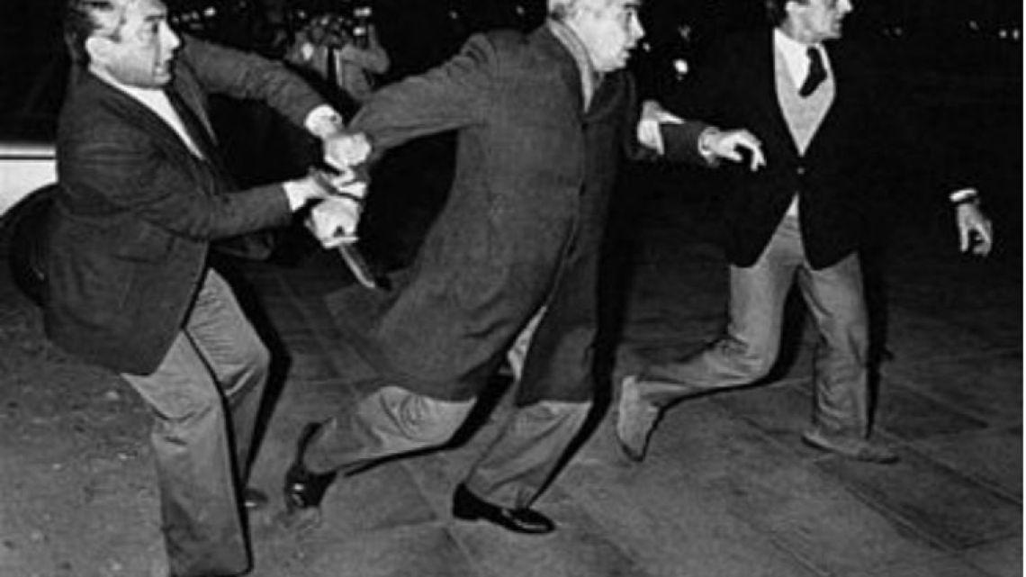 Luciano Benjamín Menéndez intentando atacar con un cuchillo a manifestantes en 1984.