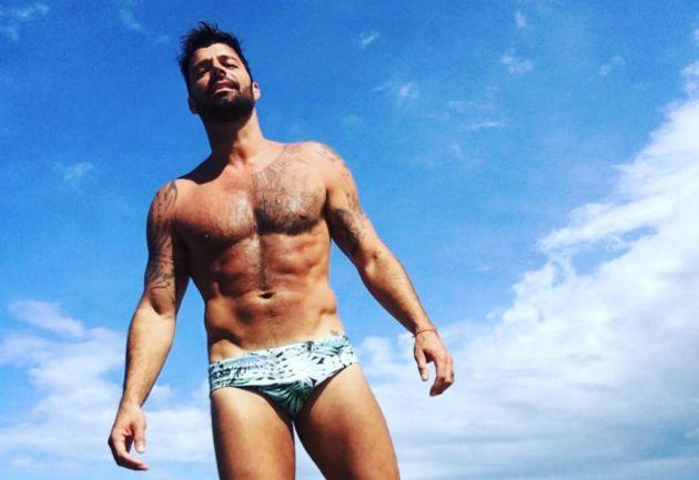 Ricky Martin se bajó los pantalones y mostró la cola en escena