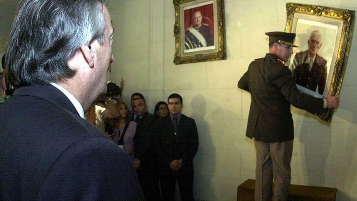 Former president Néstor Kirchner removes Reynaldo Bignone's portrait from a Military College collection in March 2004.