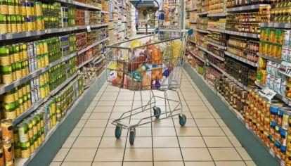 En la Argentina se necesitan $1056 para poder comprar 17 productos masivos.