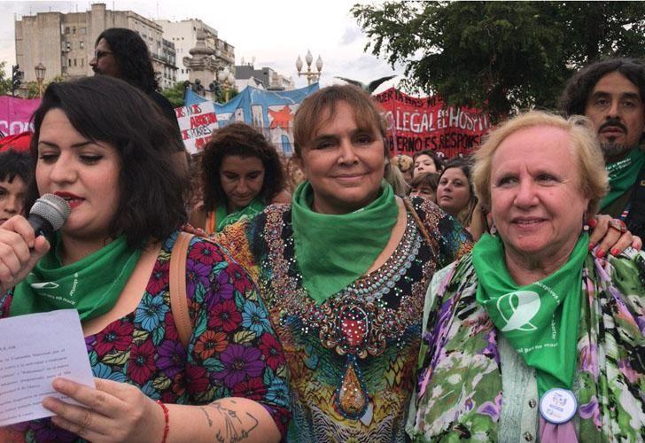La diputada Araceli Ferreyra (centro) en la marcha a favor del aborto legal