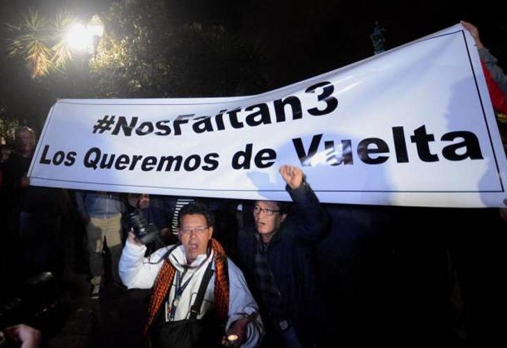 """El plantón """"Nos Faltan 3"""", en solidaridad con los periodistas secuestrados en Mataje, se desarrolló en la Plaza Grande en Quito."""