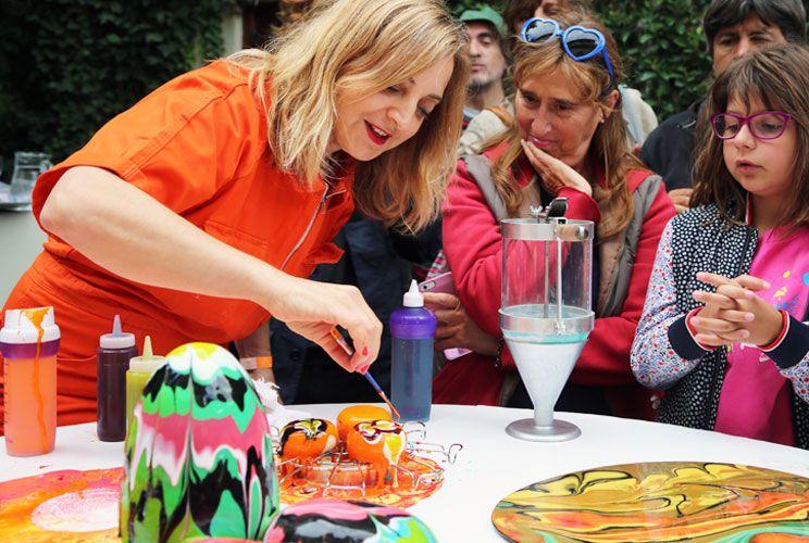De Evita a pastelera. Costantino, en la performance sobre Evita que presentó en la Bienal de Venecia en 2013. Hoy, pintando los postres helados que ella elabora.