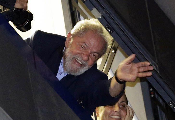 Lula da Silva saluda desde la ventana del sindicato metalúrgico en San Pablo