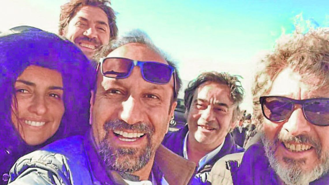 Penélope Cruz, Javier Bardem, Asghar Farhadi, Eduard Fernández and Ricardo Darín celebrate completing the filming of Everybody Knows.