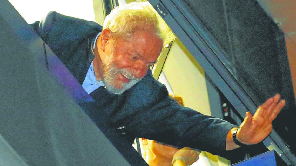 Lula Da Silva waving at supporters