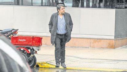 Viernes 12.10 PM. De Sousa ingresó con una carpeta al complejo Madero Center, donde vive López en Buenos Aires. Salió dos horas después.