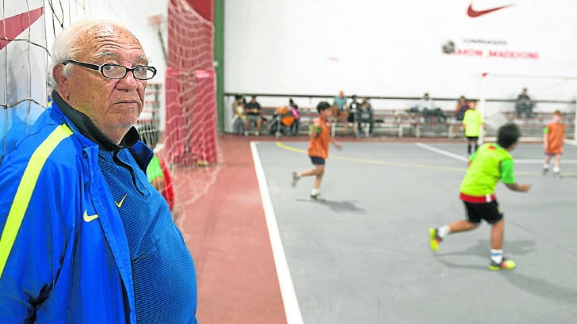Ramón Maddoni watches playing indoor football at Club Parque.