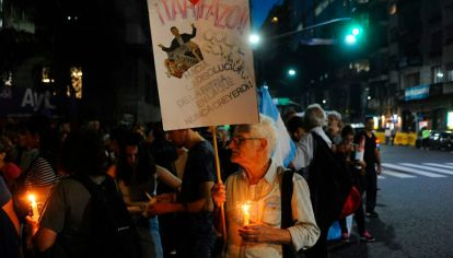 Un centenar de personas se congrega este jueves frente al Congreso de la Nación en una -marcha de velas- para protestar contra los aumentos de tarifas impulsados por el Gobierno Nacional.
