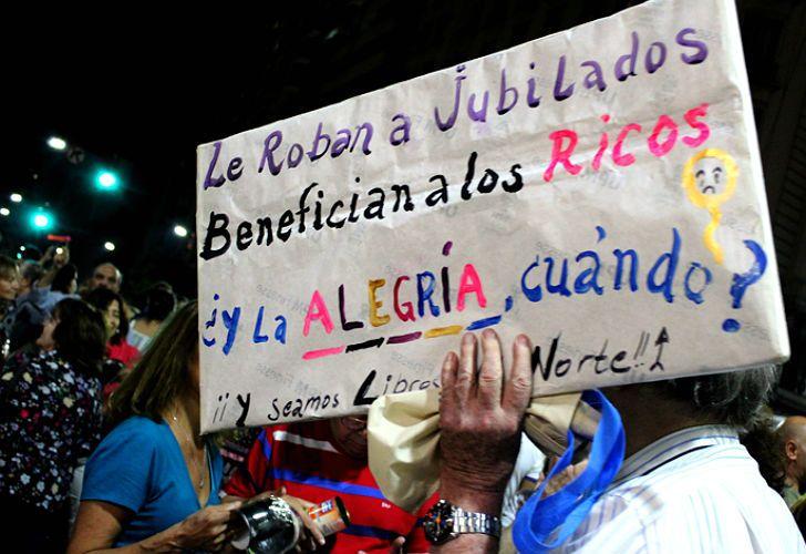 Uno de los carteles contra el Gobierno en el cacerolazo de Callao y Corrientes.