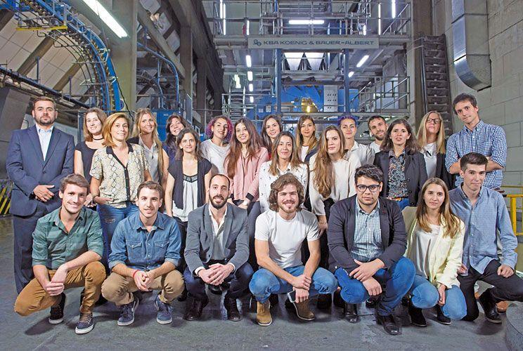 Clase. Delante de la imprenta donde se imprime el diario PERFIL, los 25 nuevos alumnos iniciaron el único posgrado en el que todos los docentes son periodistas.