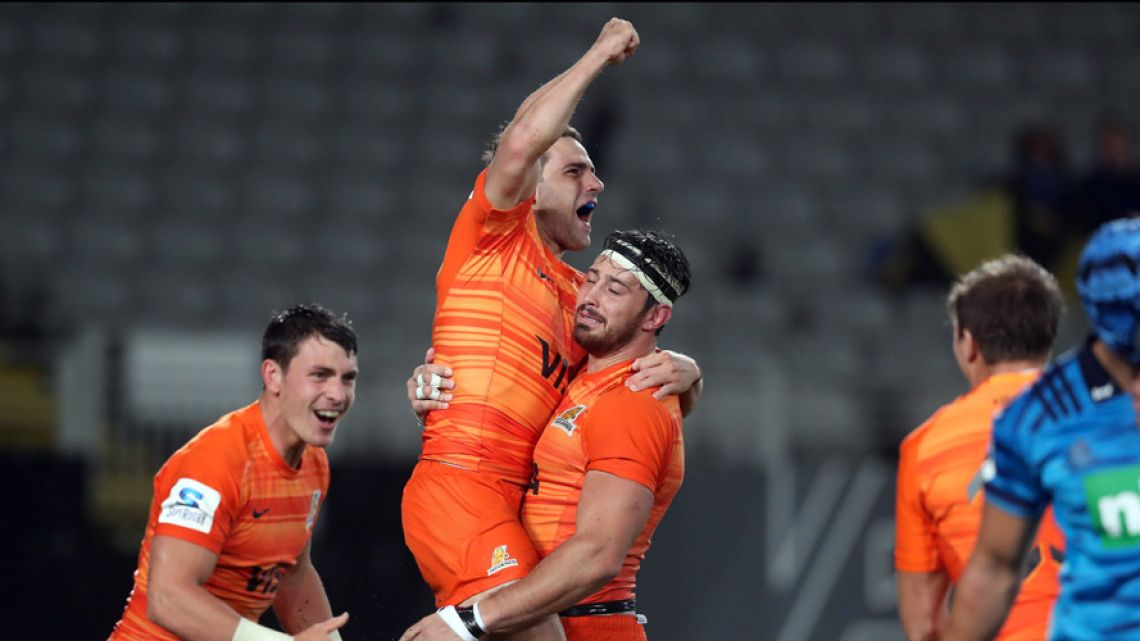 Nicolás Sánchez of the Jaguares (centre) and Javier Ortega Desio (right) of the Jaguares celebrate during the Super Rugby match between the Auckland Blues of New Zealand and the Jaguares of Argentina at Eden Park in Auckland on April 28, 2018.