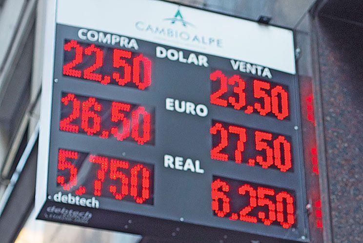 TENSIÓN Y CALMA. La administración de Macri vivió su peor semana financiera, con su pico el jueves: dólar en $ 23.