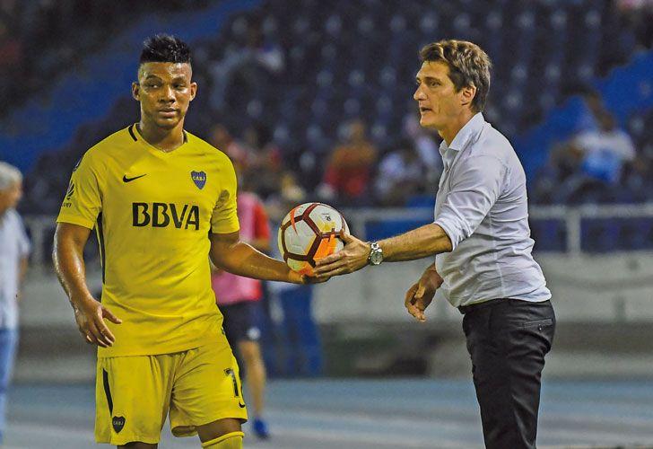 Muecas. Wilmar Barrios y el técnico Guillermo Barros Schelotto, en una de las postales que dejó el empate por la Libertadores entre Boca y Junior, en Barranquilla.
