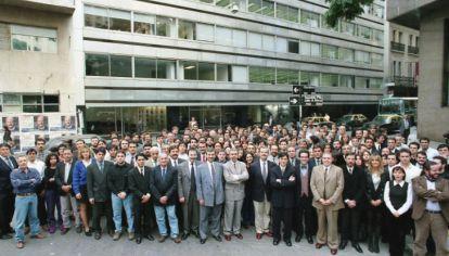 LA REDACCION DE PERFIL EN 1998. El staff completo posa frente a las oficinas de Chacabuco 271. La fotografía fue tomada el 9 de mayo, un día antes de la salida a la calle. El diario duró tres meses y discontinuó su salida el 31 de julio de ese año.