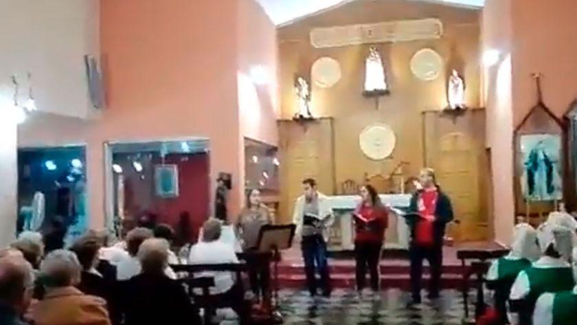 A gritos interrumpe el coro de una iglesia