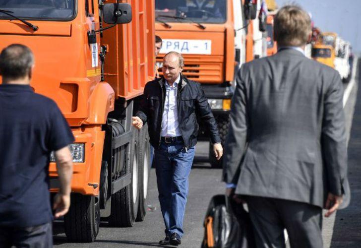 Putin, revisando obras en un puente en Crimea.