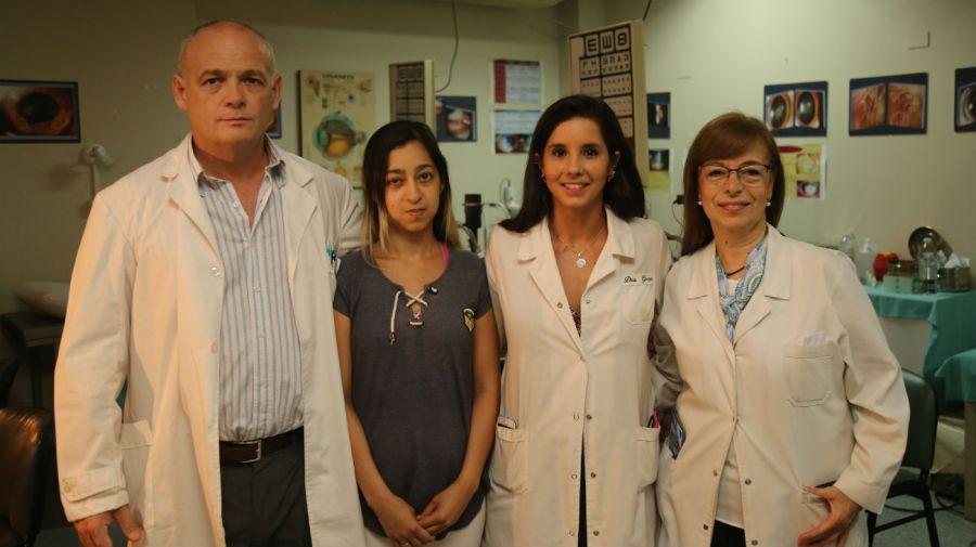 La paciente Jésica Galeano con los médicos Pedro Piantoni, Nora Bruno y Dominique Garrone.