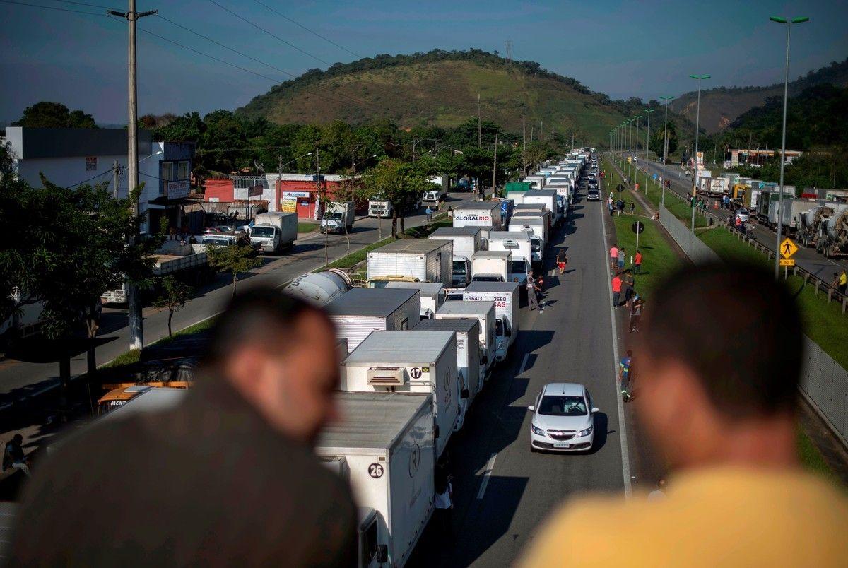 Se agrava el paro de camioneros en Brasil.