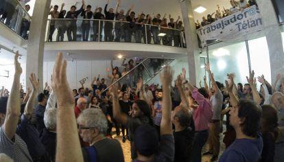 Asamblea en Télam por los despidos de dos periodistas.