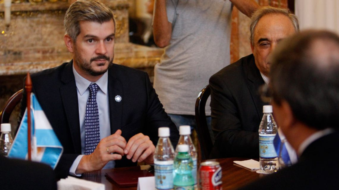 Cabinet Chief Marcos Peña, holds a meeting with Cuban Foreign Minister Bruno Rodríguez (right) and their respective delegations in Havana, yesterday.