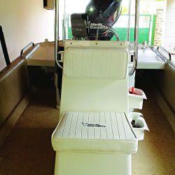 Consola de mando (opcional) que en la parte delantera posee un asiento con espacio de guarda debajo