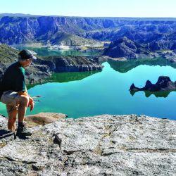 El mirador elevado en el embalse Valle Grande y una de sus formaciones rocosas El Submarino