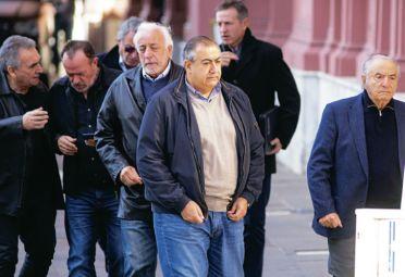 """Apuntados. Daer, Shmid y la cúpula de la CGT salen de la Roasada en la mañana del jueves 7. Horas después, los sindicalistas se juntaron en la sede de Azopardo y resolvieron llamar a """"cuarto intermedio"""" hasta la próxima reunión con el Gobierno, el martes 12."""