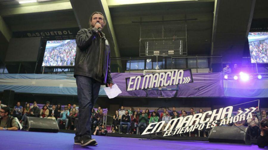 """El dirigente de la CTEP, Juan Grabois durante el acto de lanzamiento de EN MARCHA, bajo la consigna """"el tiempo es ahora"""" en el microestadio de Ferro."""