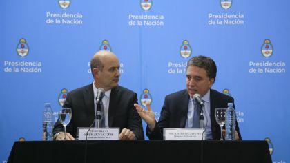 l ministro de Hacienda, Nicolás Dujovne, junto al presidente del Banco Central, Federico Sturzenegger, en una conferencia de prensa para anunciar el acuerdo con el FMI.