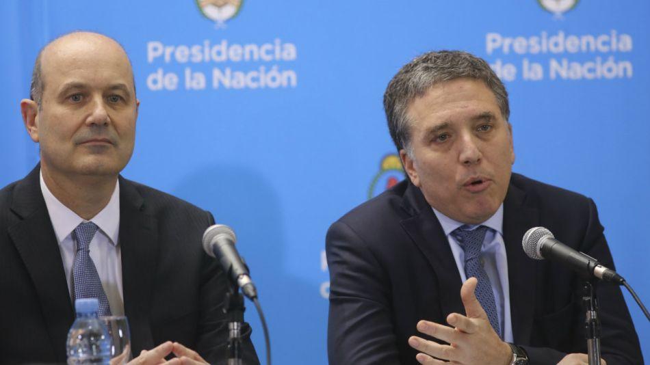 El ministro de Hacienda, Nicolás Dujovne, junto al presidente del Banco Central, Federico Sturzenegger, en una conferencia de prensa para anunciar el acuerdo con el FMI.