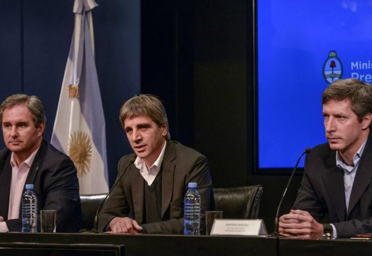 El titular de Finanzas, Luis Caputo, junto al Jefe de Gabinete del Ministerio de Finanzas, Pablo Quirno, y el Secretario de Finanzas, Santiago Bausili