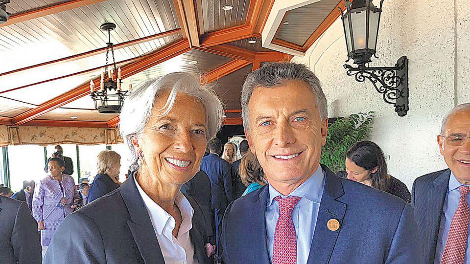 Informal. La titular del FMI, Christine Lagarde, y Mauricio Macri ayer en la reunión del G7 en Canadá, primera foto después del préstamo.