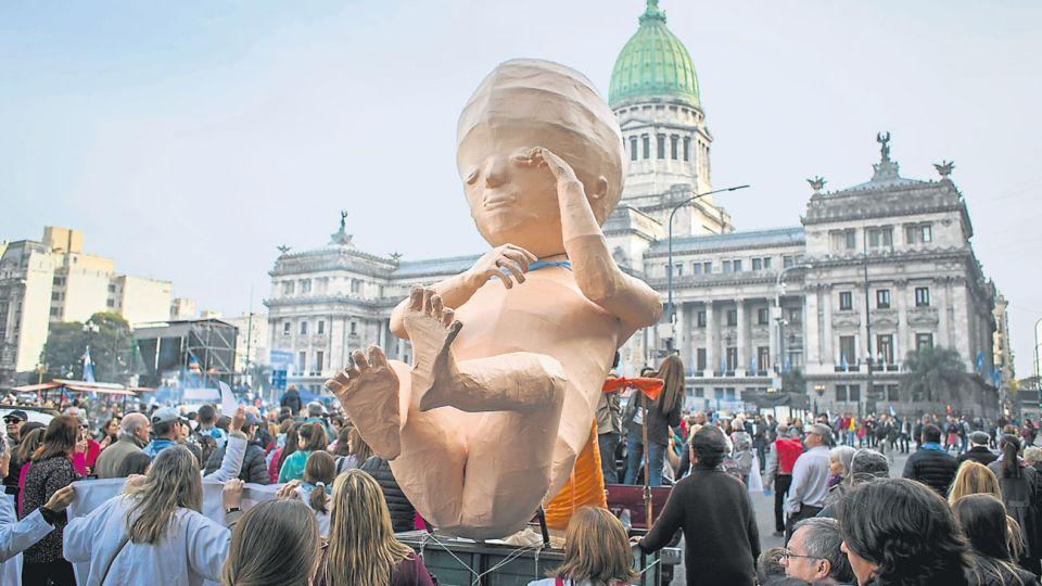 """Reclamo. Las manifestaciones contra el aborto fueron pacíficas. El arzobispo de Tucumán, Carlos Sánchez, """"escrachó"""" a diputados."""
