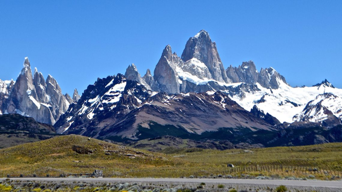 A clear day at the approach to El Chaltén, with Cerro Fitz Roy in the centre and Cerro Torre at far left.
