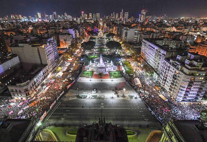 13-06-2018 vista aérea nocturna de manifestantes en el congreso