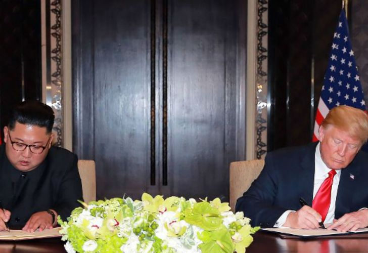 Kim y Trump firmando el documento final en Singapur.