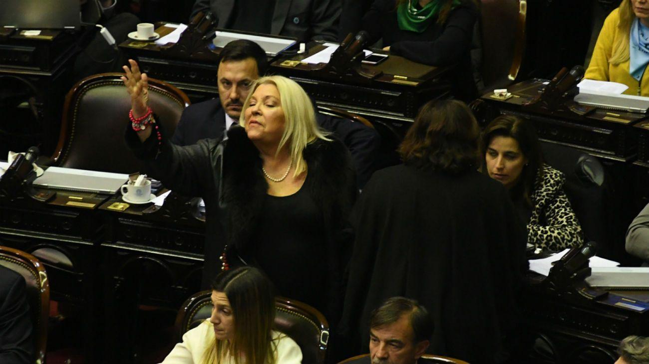Luego de casi 24 horas de una histórica sesión, la Cámara de Diputados le dio media sanción al proyecto de legalización del aborto. La diputada Elisa Carrió en el recinto