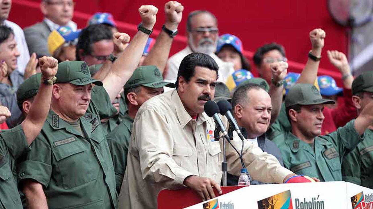 Discurso de Nicolás Maduro acompañado de militares.