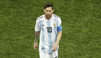 Messi se retira del campo de juego tras la derrota Argentina frente a Croacia.