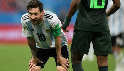 Lionel Messi toma oxígeno durante el partido ante Nigeria. La Selección avanzó a octavos de final de manera milagrosa.