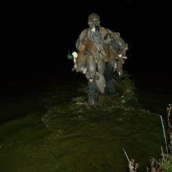 Gabriel colocando los señuelos fijos en la laguna antes del amanecer